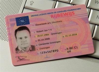 een nederlands rijbewijs op een toetsenbord